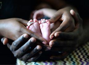 دلبستگی را تمایل کودک به داشتن رابطهای صمیمی با افراد نزدیک و داشتن احساس امنیت در حضور آنها تعریف میکنند.